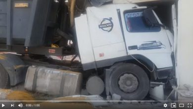 Photo of شاحنة تخترق عمارة بفاس