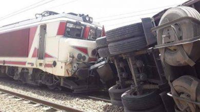 Photo of حادثة خطيرة بين شاحنة و قطار للمسافرين