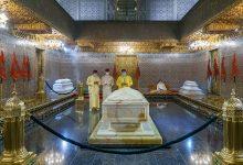 Photo of امير المؤمنين يترحم على قبر المغفور له جلالة الملك محمد الخامس في ذكرى وفاته