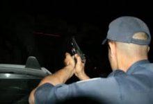 Photo of الشرطة تستعين بالمسدسات لتوقيف عتاة المجرمين في مواجهات خطيرة